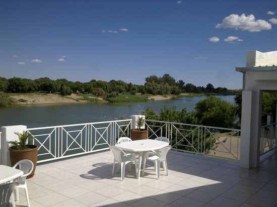 Affinity Guesthouse : Open balcony overlooking river