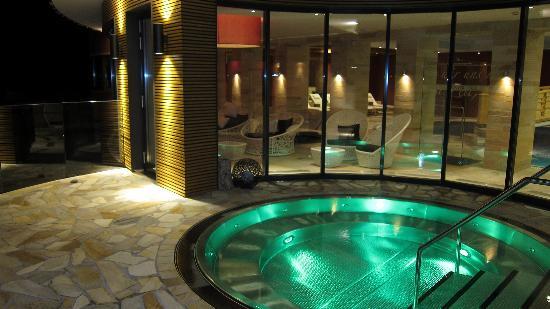 Hotel Gotthard-Zeit: Aussenwhirlpool bei Nacht
