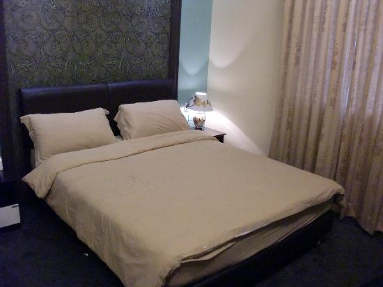 Hotel Rae: The bed