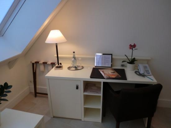 Hotel La Casa: Zimmer - Arbeitstisch