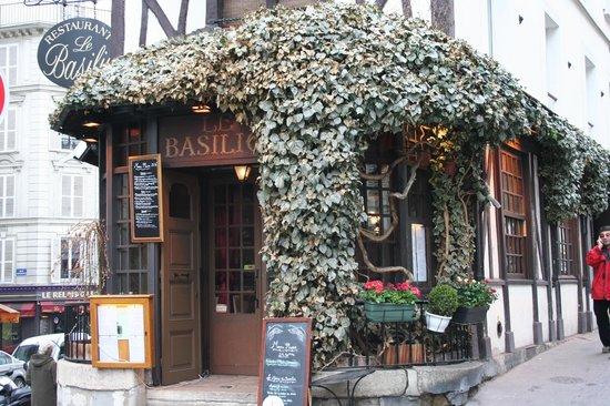 Le basilic paris 33 rue lepic montmartre restaurant for Restaurant le miroir montmartre
