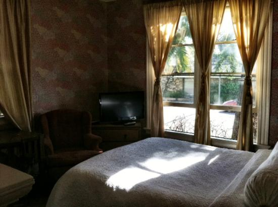 Cowper Inn: Our room- right in the front of the Victorian House! Comfortable and beautiful.