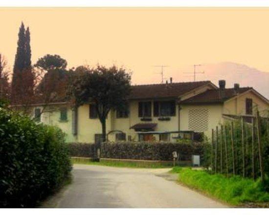 Via Dalla Pazza Folla!: La casa