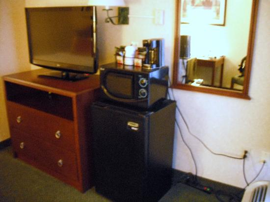 Days Inn Baltimore Inner Harbor: Flat screen tv, coffee, refrigerator, microwave