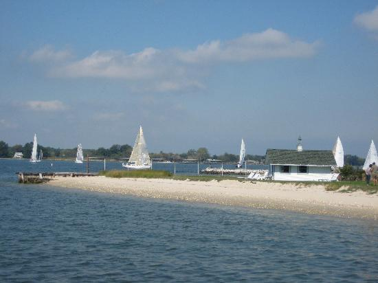 Sandaway Waterfront Lodging Suites and Beach: Sandaway's Beach with Sailboats