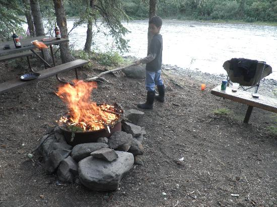 Denali Grizzly Bear Resort: Campsite on the river