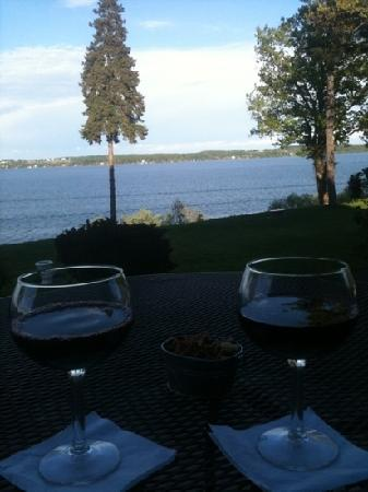 Stonecutters Tavern at Belhurst Castle: wine overlooking the lake