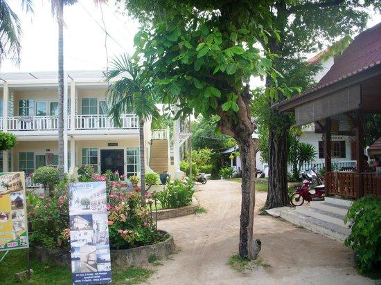 Ananda Villa: слева - Ананда, справа - кухня Прани, прямо - дорога на Сайририи,