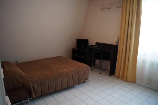 Zenitude Hôtel-Résidences La City : Bedroom, Citea Besancon. Note that cold, cold tiled floor