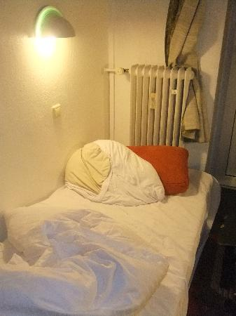 Hotel Komet: Cushion as a pillow, bed too close to heating