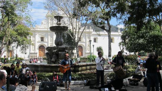 La Plaza (Parque Central): Music
