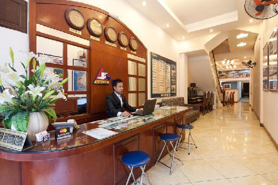 Moonshine Palace Hotel: Reception