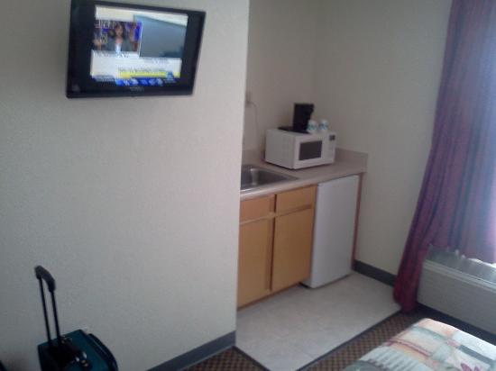 Castleberry Inn & Suites - GA Dome: TV/micro-frige/kitchen area