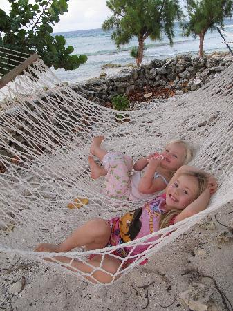 Paradise Villas: kids lounging in the hammock