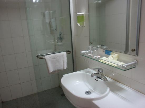 Lakeside Holiday Inn: bathroom shower