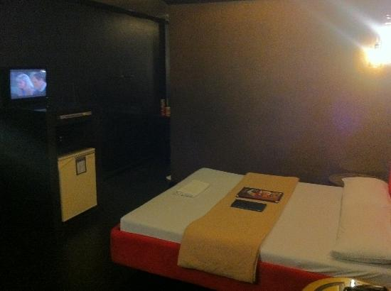 Victoria Court Cuneta Motorist Lodge : View of bed & tv