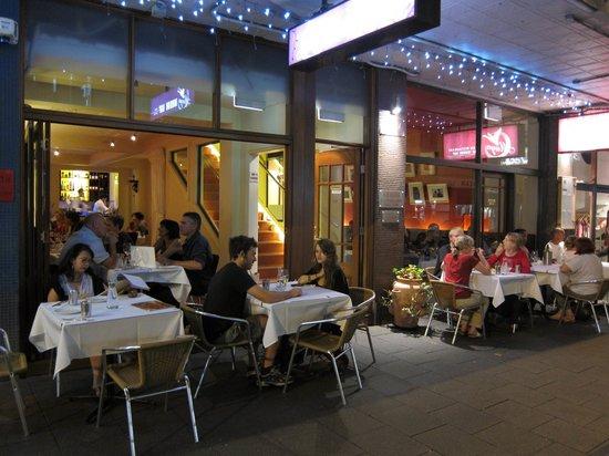 Maya Indian Restaurant: Atmosphere around sidewalk tables was excellent