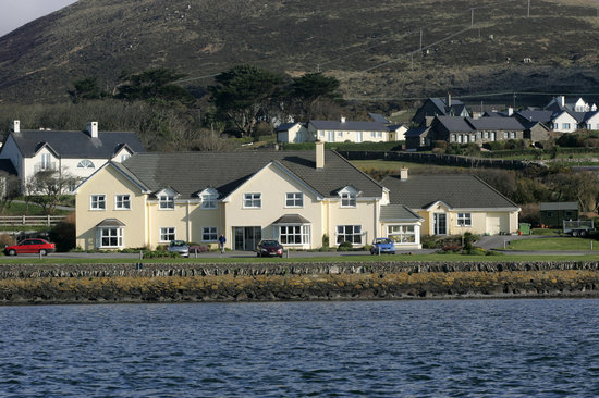 Heaton's Guesthouse: Nestled on the shore of Dingle Bay