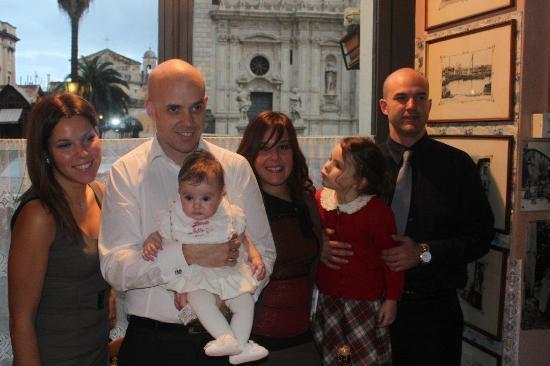 Acireale, Italia: Il tavolo del battesimo affacciato sulla chiesa