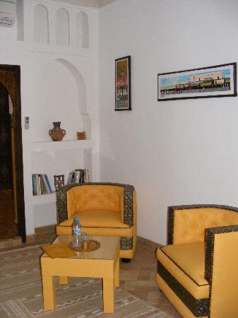 Riad Charme d'Orient: coin salon entre chambre et salle de bains