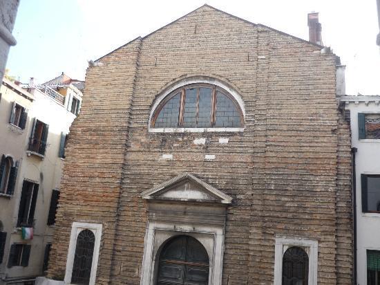 Locanda Casa Querini : L'église devant l'hôtel