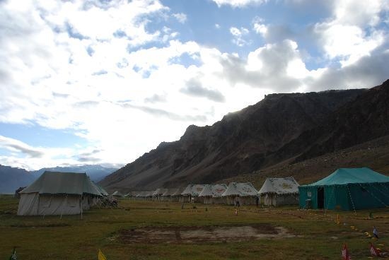 Goldrop Camp Sissu: Evening at Gold Drop Sarchu. The Green is the Mess Tent. loved the food.