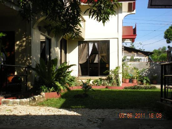 Bay Natuh Bed and Breakfast: Side view