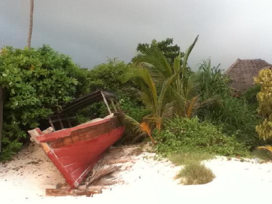 Che Che Vule: beached boat nearby