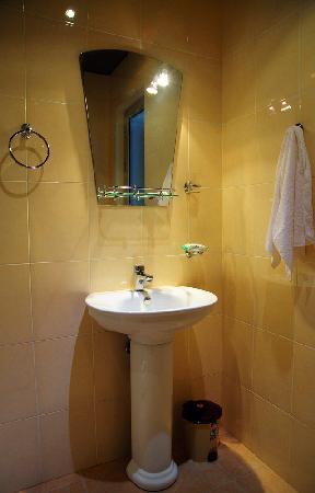 Olympia Hotel: Bathroom