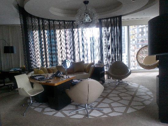 W Doha Hotel & Residences: SPACIOUS LOUNGE