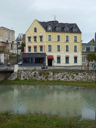 Hotel Saint Jean: l'hotel devant le Wimereux