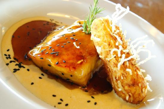 Al Frio y Al Fuego: Filete de doncella glazeado con miel de ajonjolí acompañado de papas a la duquesa