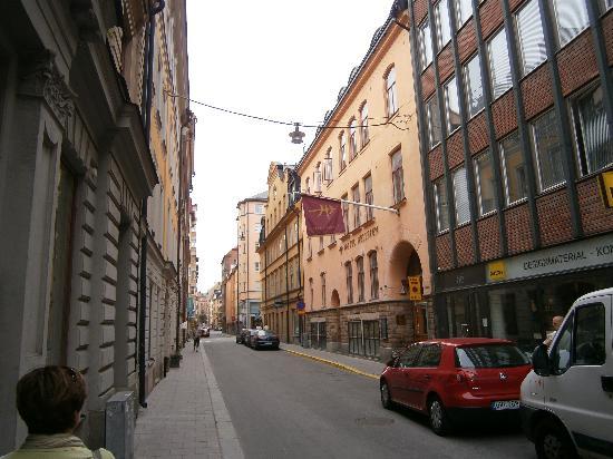 Hotel Hellsten: rue extrêmement calme et pourtant à quelques mètres, petits cafés et petits restos abondants.