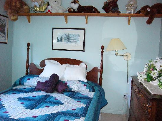 Tranquility Base Bed and Breakfast : Queen Bedroom /w/ ensuite