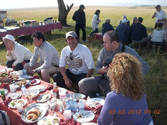 Pounds East Africa Safaris - Balloon Safari : despues del viaje un buen desayuno