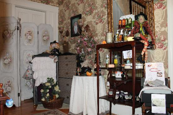Sleigh Maker Inn Bed & Breakfast: Gift Shop for Halloween