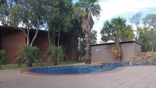Alice in the Territory: Vue de la piscine