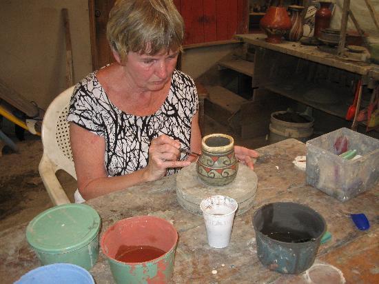 Guaitil Pottery Studio: Merin painting her piece