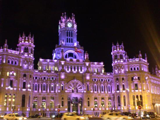 CentroCentro Cibeles: palacio iluminado de noche