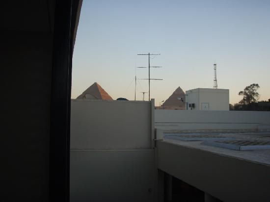 Holiday Inn Cairo Maadi: The pyramids from the balcony