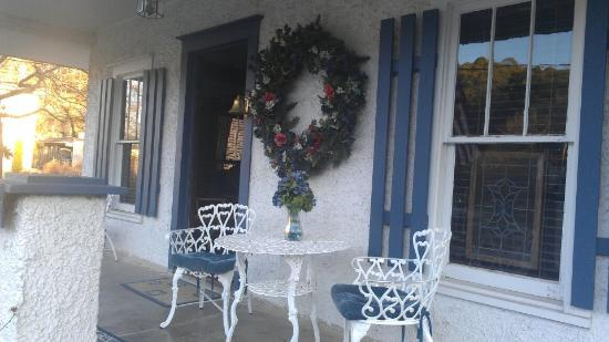 Cliff Cottage Inn - Luxury B&B Suites & Historic Cottages: Our porch which overlooked Main St.