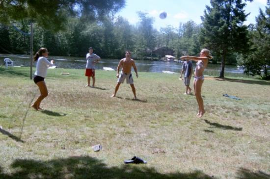 Jansen's Eagle Lake Resort: Volleyball anyone?