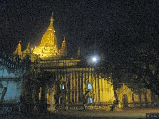 วิหารอนันดา: One of the large temple courtyards by night, the moon just visible through the tree