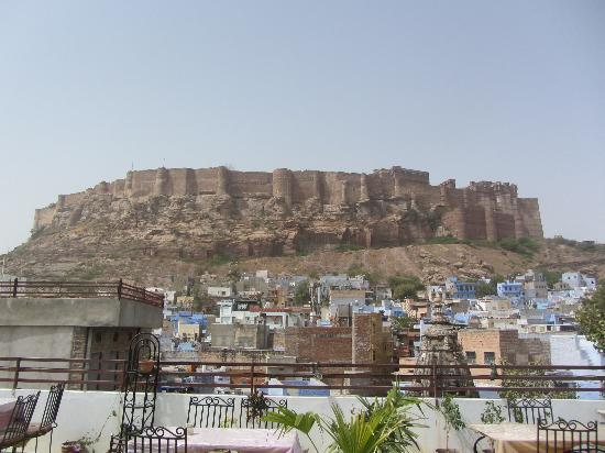 Ganpati Guest house: View of the Fort from the Roof-top Restaurant