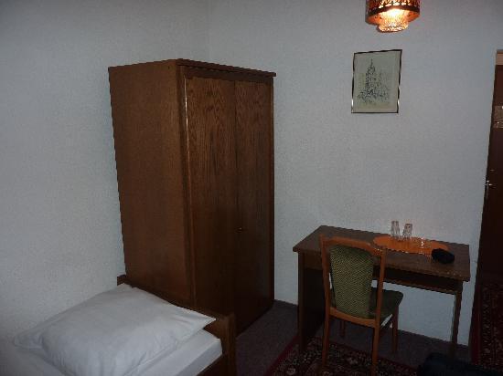 Hotel zur Gred : Schrank und Tisch