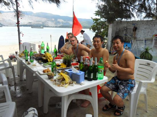 Sanya Backpackers: Chilling with my new friends