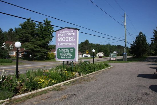 Algonquin East Gate Motel: Schild des Motels