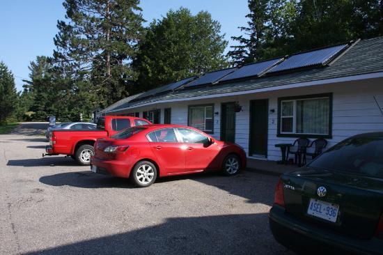 Algonquin East Gate Motel: Zimmer von aussen