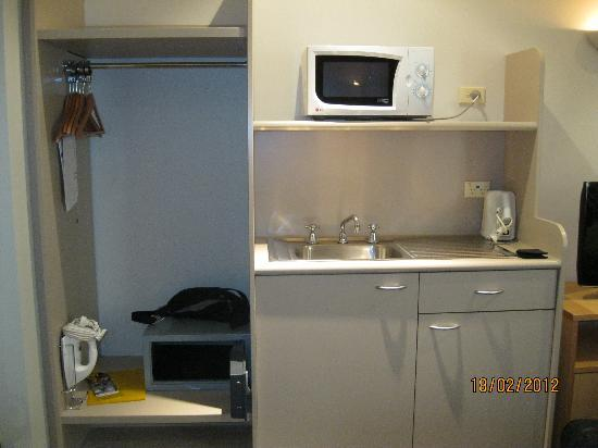 Travelodge Hotel Sydney Martin Place: very useful sink/microwave