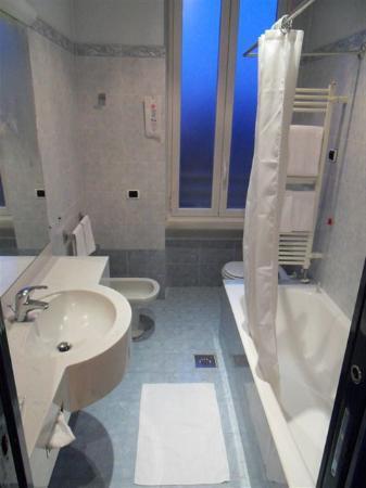 IH Hotels Milano Ambasciatori: bathroom